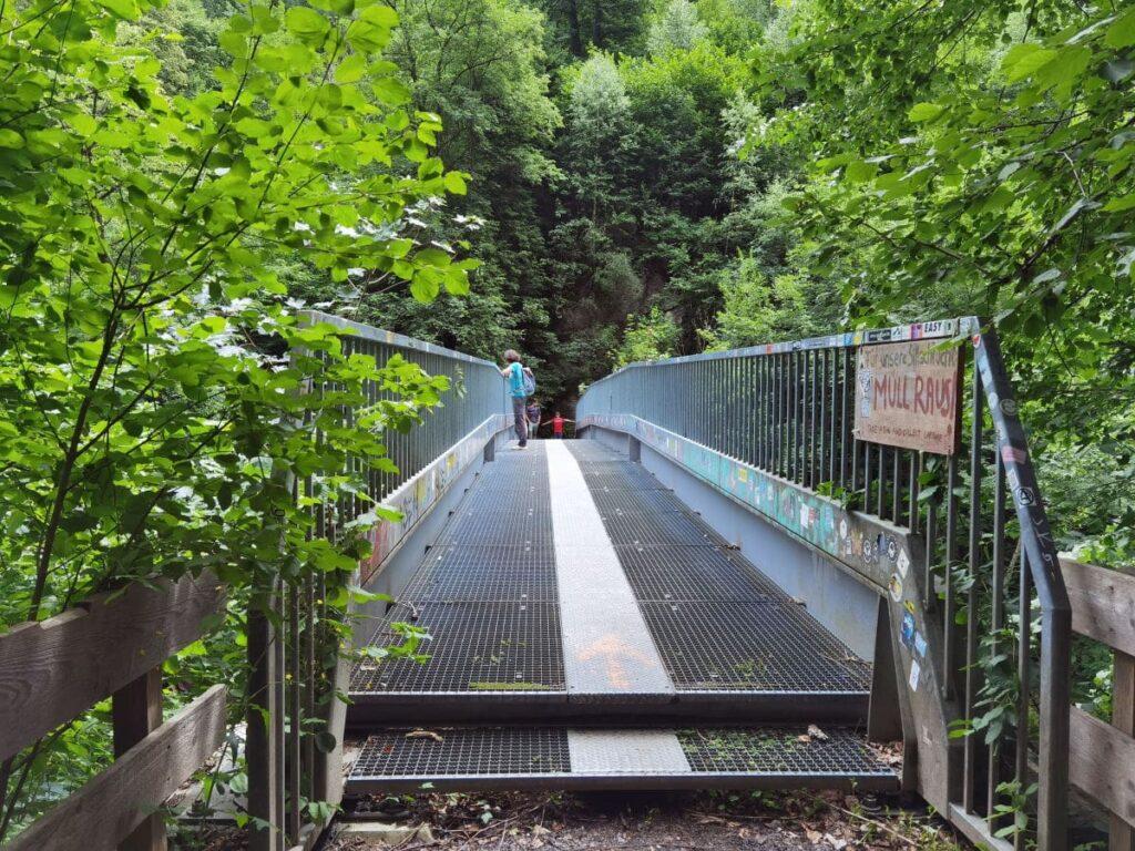 Über die Brücke in der Sillschlucht Innsbruck wandern