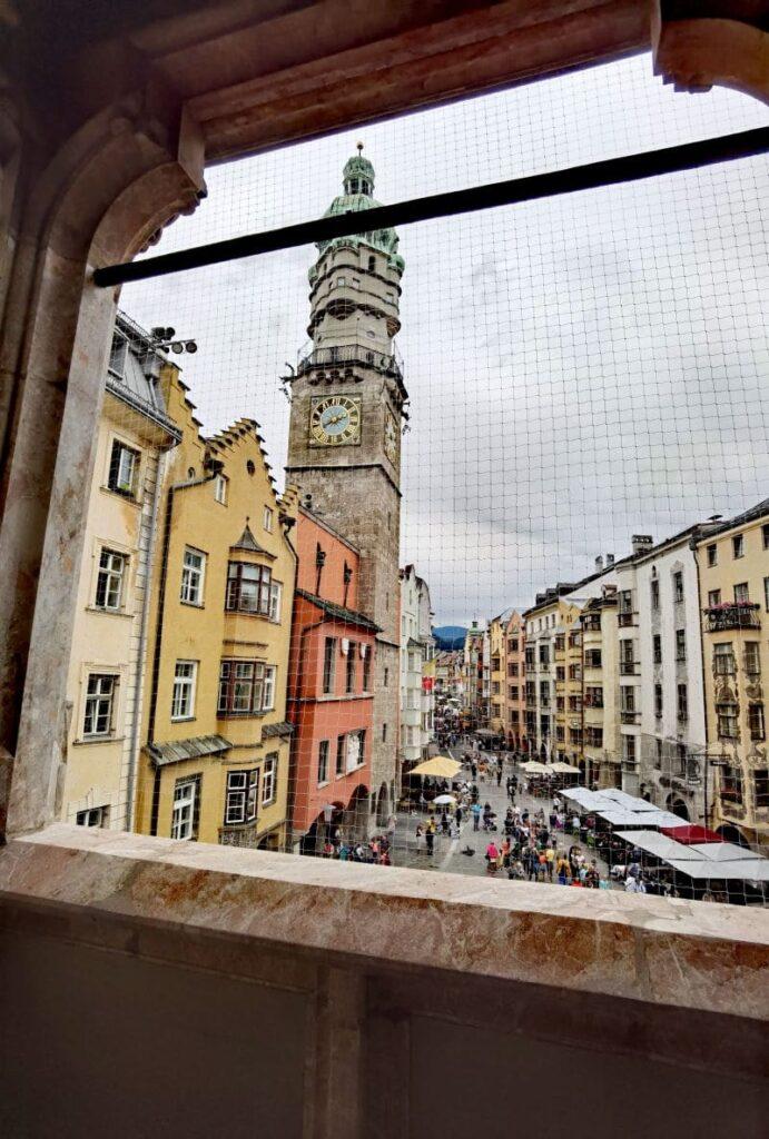 Goldenes Dachl Ausblick auf die Herzog-Friedrich-Straße Innsbruck, die Fußgängerzone mit den prächtigen Fassaden
