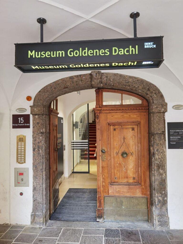 Der Eingang ins Museum Goldenes Dachl